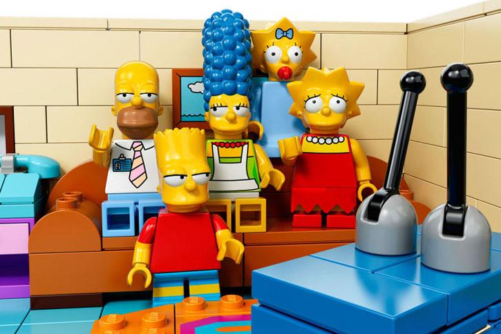 The Simpsons LEGO: Homer, Marge, Bart, Lisa und Maggie vor dem Fernseher
